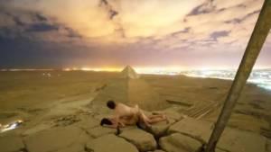 Una pareja desnuda en lo alto de una de las pirámides de Giza desata el escándalo en Egipto (video)