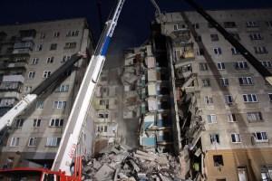 Socorristas rusos rescatan a un bebé del edificio destruido por explosión de gas