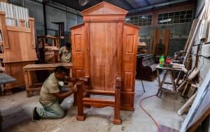 Panameños construyen enorme silla de madera para visita del papa Francisco (Fotos)