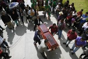 Mexicanos enterraron a 79 víctimas de explosión de ducto saqueado (Fotos)