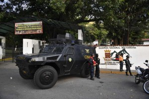 """Fuerza Armada venezolana dice que grupo insurrecto fue """"rendido y capturado"""" (comunicado)"""