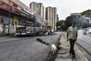 Cuatro muertos y una estatua de Chávez quemada en disturbios previos al #23Ene