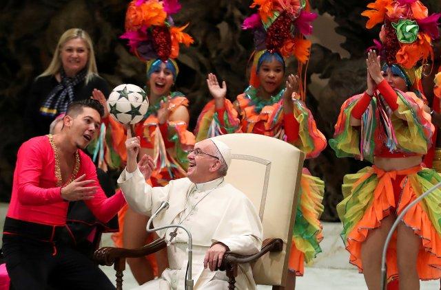 Papa Francisco juega con una pelota mientras miembros del Circo de Cuba se presentan durante la audiencia general del miércoles en el salón Pablo VI en el Vaticano, 2 de enero de 2019. REUTERS / Tony Gentile