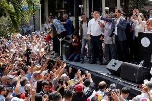 Guaidó pide ayuda de los ciudadanos y militares para asumir el mando en Venezuela (fotos)