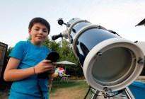 Niño chileno enseña a mirar las estrellas con su telescopio para comprarse un traje espacial (fotos)