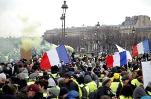 Los chalecos amarillos se reúnen en París para su décimo fin de semana de protestas