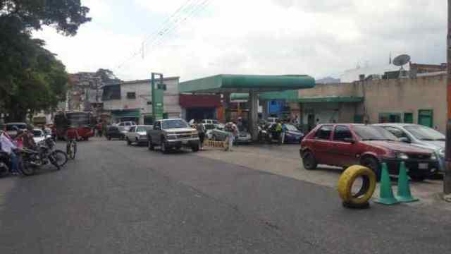 Habitantes de San Cristóbal siguen en colas por la gasolina