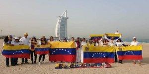 Venezolanos con el tricolor protestan en Dubai contra el régimen de Maduro #23Ene (Foto)