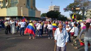 9:25 am Venezolanos se concentran en la plaza 5 de Julio en Maracaibo #23Ene (FOTOS)