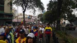 10:30 am Marea opositora se moviliza por la avenida Andrés Bello #23Ene (Fotos y Video)