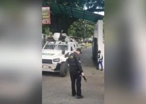 GNB detenido en Cotiza se asomó desde la tanqueta y gritó ¡libertad! (video)