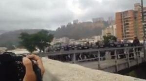"""EN VIDEOS: Reprimen a manifestantes y a la prensa en la residencias """"Los Verdes"""" de El Paraíso #23Ene"""