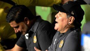 """¡Enloqueció! Maradona recibe un botellazo, amenaza a """"la nueva FIFA"""" e invita a pelear a Boban"""