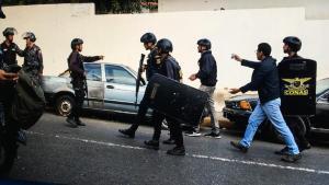 Un reportero herido y otro detenido mientras cubrían protesta en Cotiza