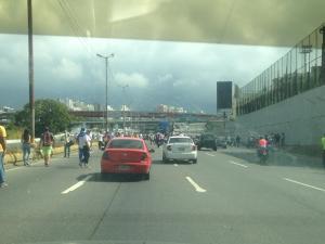 FOTOS: Venezolanos caminan por la Francisco Fajardo hacia concentración #23Ene