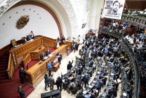 Diputados irán a la frontera con Colombia por ayuda humanitaria