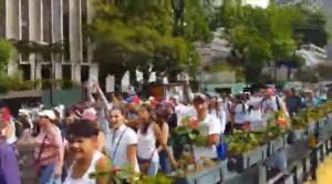 EN VIDEO: Cientos de caraqueños se movilizan por la avenida Francisco de Miranda hacia la plaza Juan Pablo II #23Ene