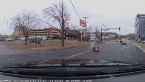 Una bebé cae con su sillita de un carro en marcha en plena calle (video)