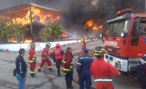 Gran incendio de galpones del Ivss en la carretera Guarenas-Guatire #10Ene (Fotos y Videos)