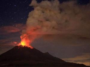 En Imagenes: Intensa erupción del volcán Popocatépetl ilumina la noche en México