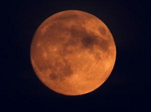 A qué hora y dónde se verá el eclipse lunar de este lunes