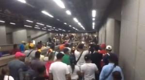 VIDEO: Con cánticos y consignas, los venezolanos se trasladan a los puntos de concentración en el Metro de Caracas #23Ene