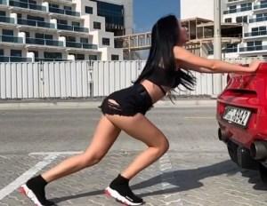 Pobrecita… esta mami rusa necesita ayuda para mover su Ferrari y nosotros queremos empujárselo (VIDEO)