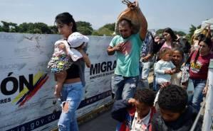 Venezolanos cruzan con sacos y carretillas hasta Cúcuta para buscar alimentos y medicinas