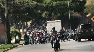 Bandas motorizadas patrullaron los alrededores de la embajada de EEUU en Caracas (videos)