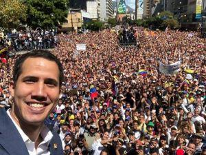 Guaidó rompe el protocolo y se toma una selfie con los venezolanos en la marcha este #12Feb (VIDEO)
