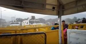 EN VIDEO: El momento exacto cuando GNB rompe barreras con tanqueta en el Puente Simón Bolívar #23Feb