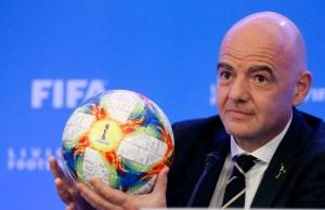 La Fifa irónica… Su presidente no sabe patear una pelota (VIDEO)