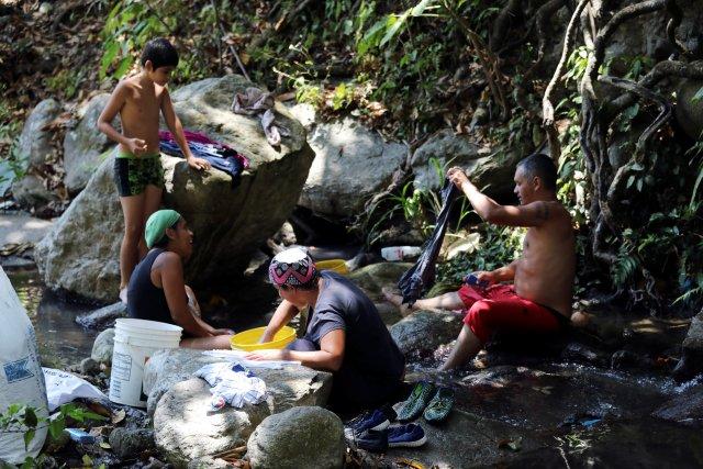 La gente se lava la ropa en un río en Caracas, Venezuela , 12 de marzo de 2019. REUTERS / Manaure Quintero