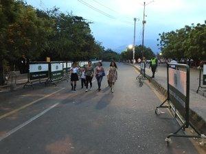FOTO: Niños venezolanos comienzan a cruzar puentes fronterizos hacia Colombia tras 17 días de cierre