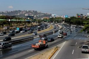 Fuerte retraso vehícular en la AFF vía oeste durante la cuarentena en Caracas (Fotos)