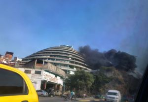 Reportan incendio en los alrededores de El Helicoide (Video)