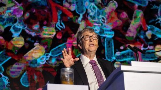 Bill Gates hablando durante la exposición sobre la reinvención del inodoro que se hizo en Beijing, en noviembre de 2018 (Photo by Nicolas ASFOURI / AFP)