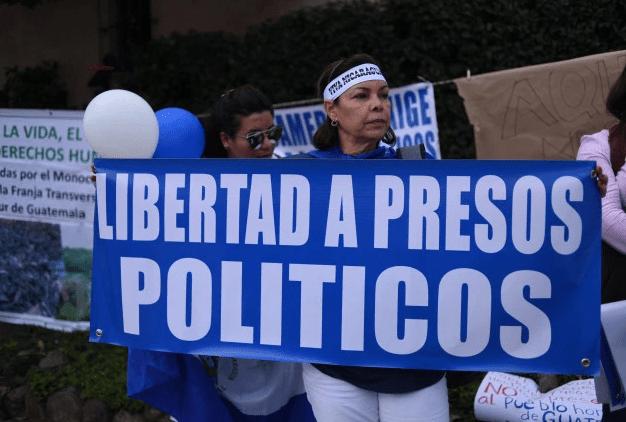Los nicaragüenses se manifiestan contra el gobierno del presidente nicaragüense, Daniel Ortega, cerca del lugar donde se realizará la XXVI Cumbre Iberoamericana en Antigua, Guatemala. (Foto por Johan ORDONEZ / AFP).