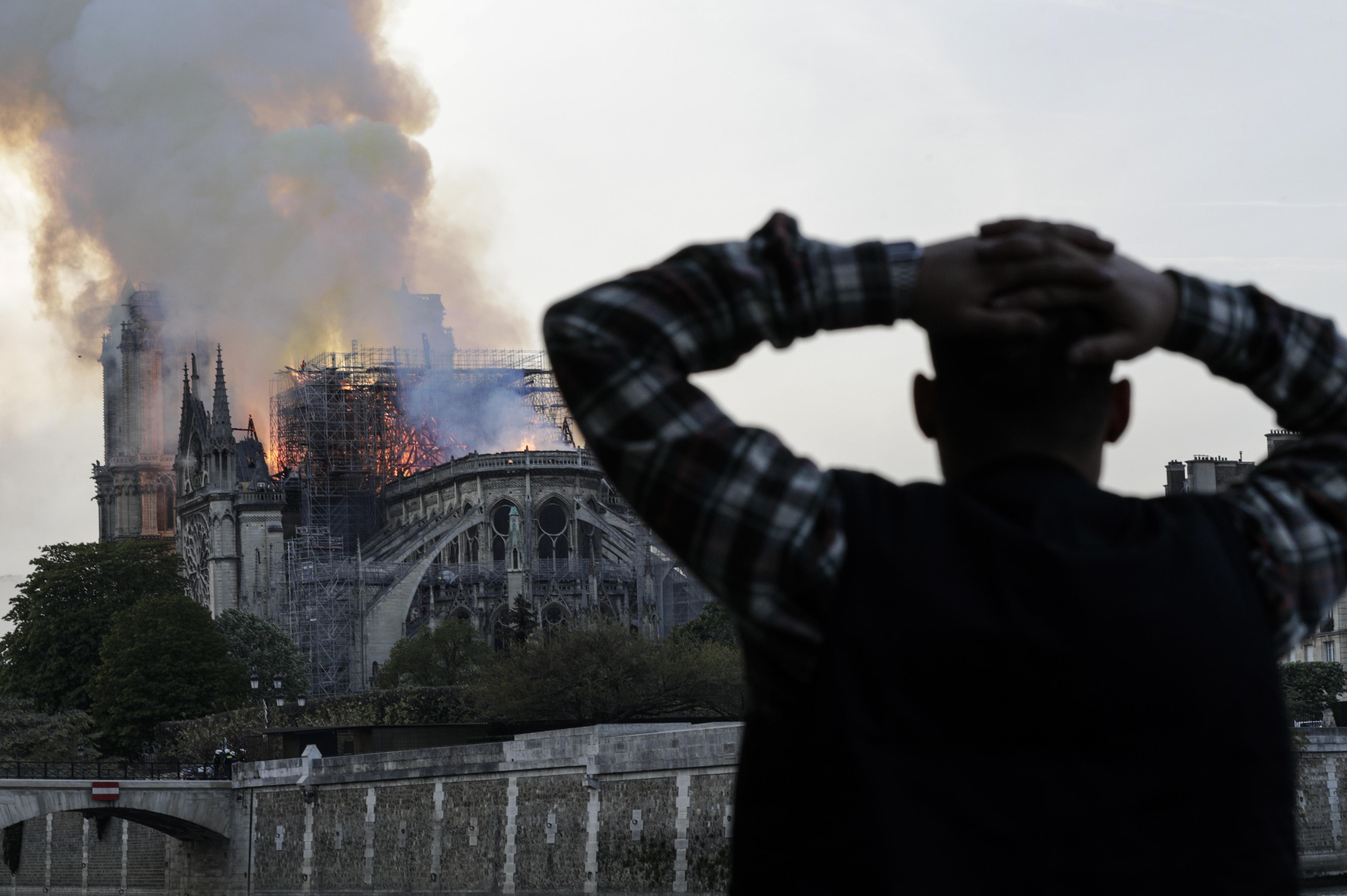 EN FOTOS: El mundo ve con espanto el incendio en la catedral de Notre Dame
