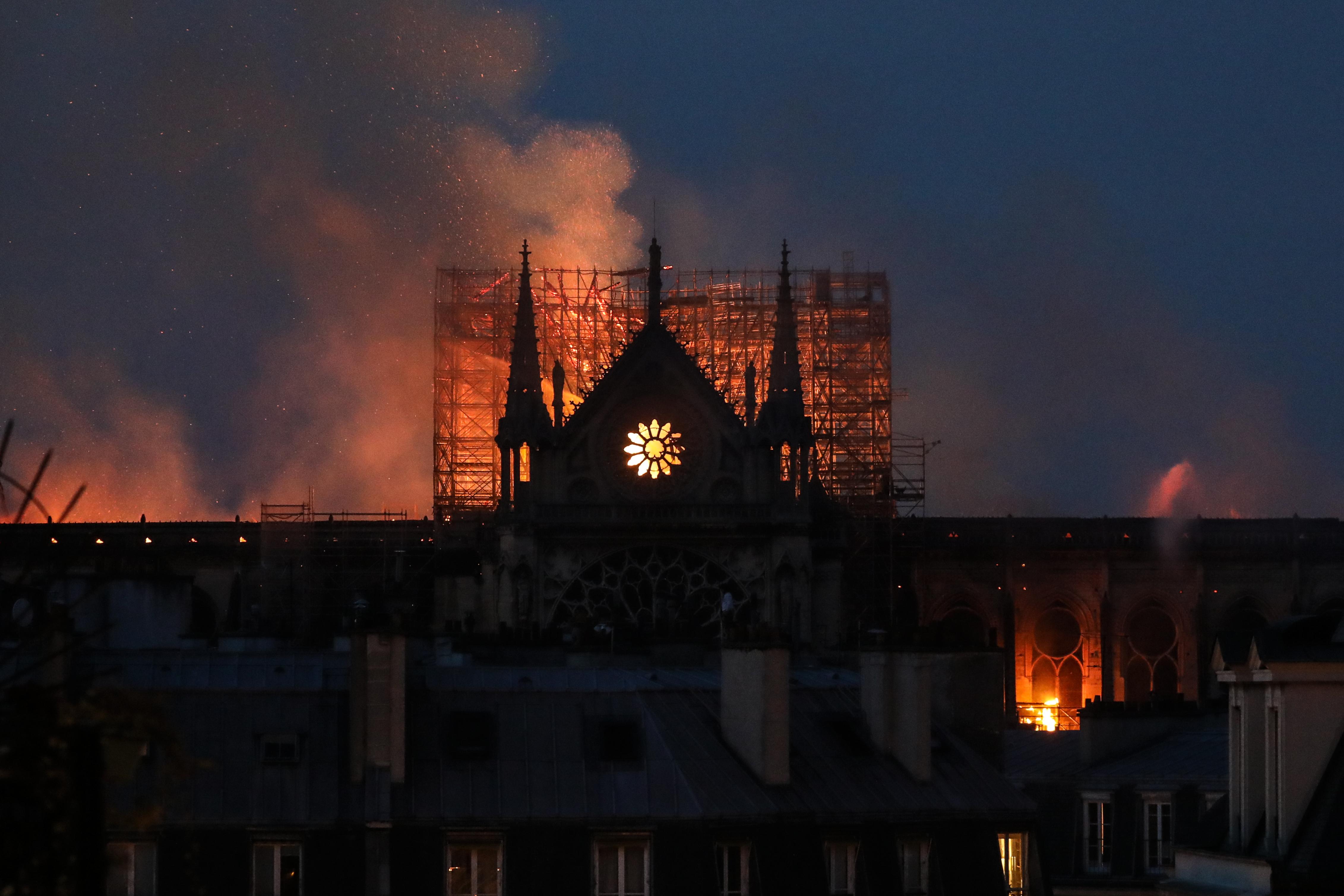 Vaticano expresa su tristeza tras incendio de la catedral de Notre Dame