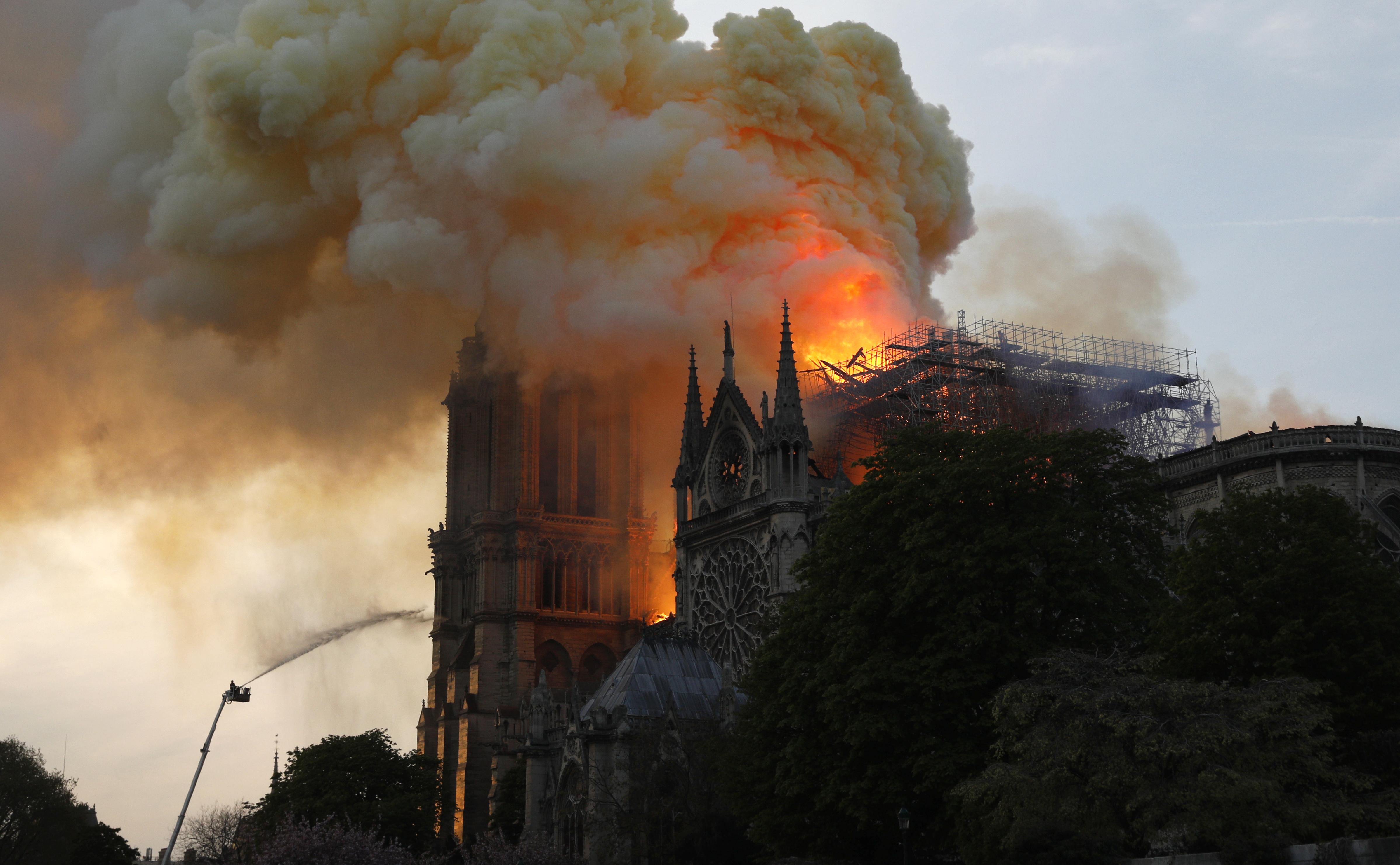 """""""No es seguro"""" que se pueda salvar la catedral de Notre-Dame de París, dice gobierno."""