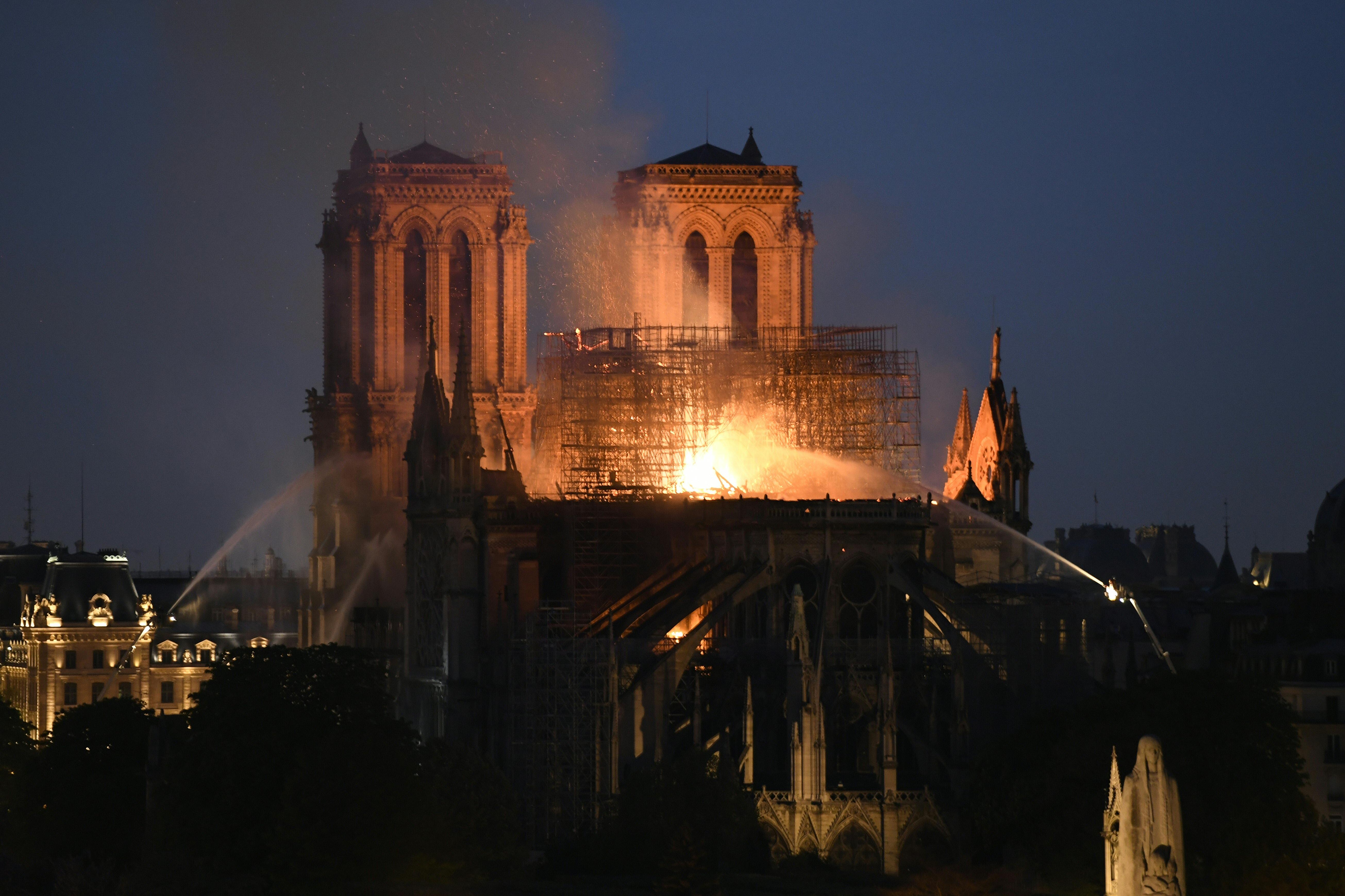 Bomberos en París dudan poder controlar el incendio en Notre Dame
