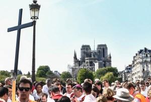 En Fotos: Parisinos realizan viacrucis alrededor de una Notre Dame herida por las llamas