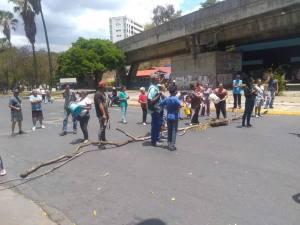 Vecinos de Caricuao protestan por tener 10 días sin agua (VIDEO) #20Abr