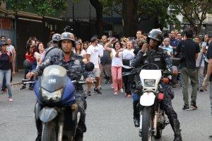 ¡Fuera! Manifestantes corren a la PNB tras la marcha de Guaidó en San Bernardino (Fotos y Video)