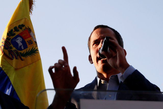 El líder de la oposición venezolana Juan Guaido, a quien muchas naciones han reconocido como el legítimo gobernante interino del país, habla durante una reunión con simpatizantes en Caracas, Venezuela, 5 de abril de 2019. REUTERS / Carlos Garcia Rawlins