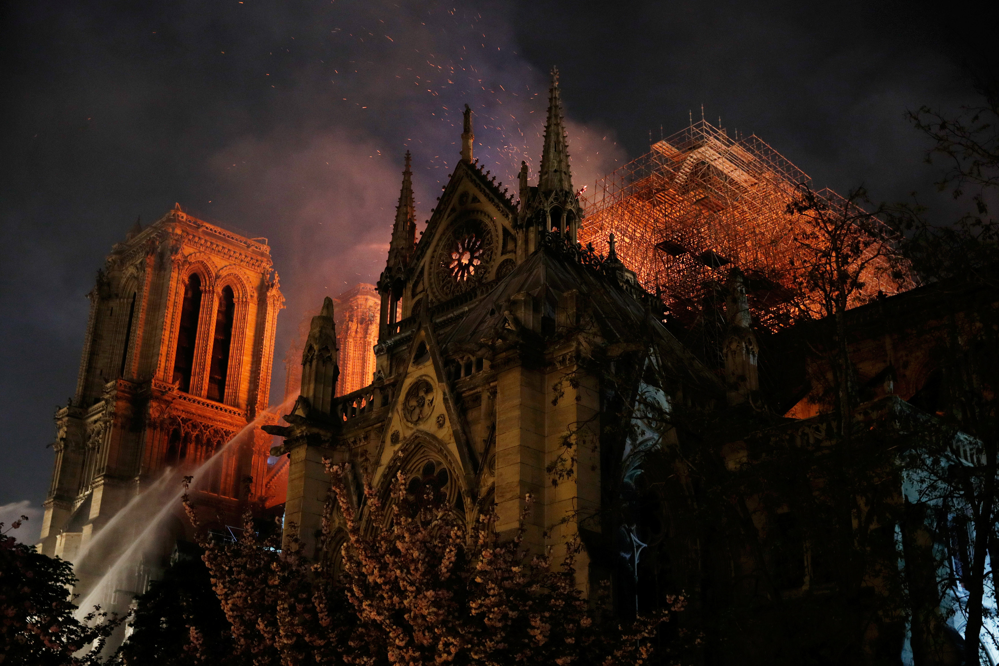 El mundo lamenta con impotencia el incendio que arrasa la Catedral de Notre Dame