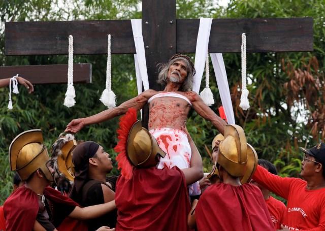 Devotos filipinos se clavan a cruces para recrear crucifixión de Jesús