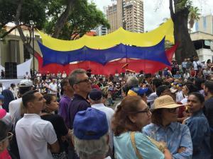 Venezolanos comienzan a llegar a la plaza Bolívar de Chacao (VIDEO) #19Abr