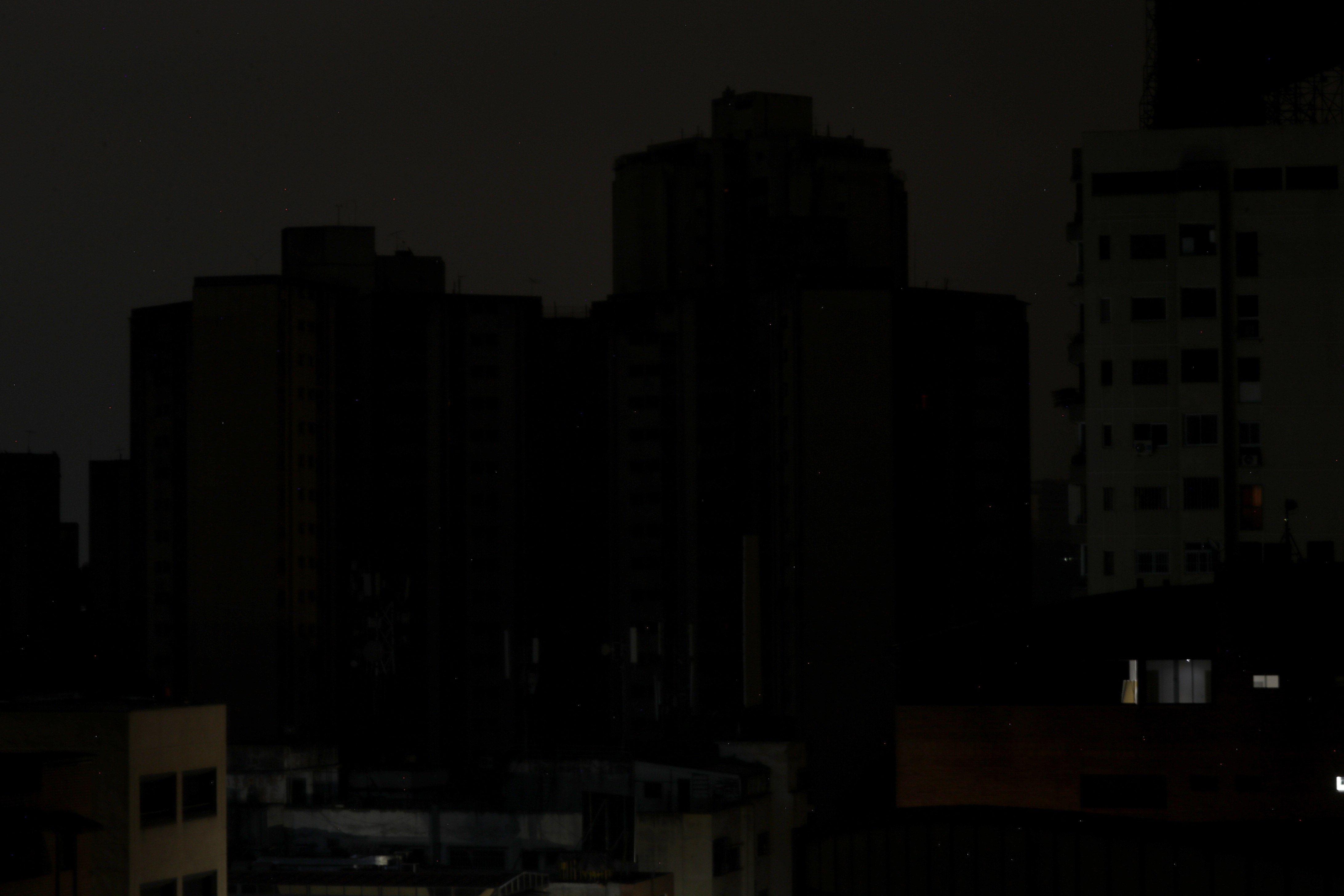 Reportan fallas eléctricas en varias zonas de Caracas #16Abr